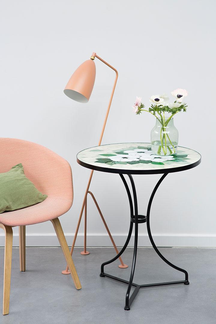 Découvrez Petite table en mosaique d\'émaux d\'inspiration florale, un ...