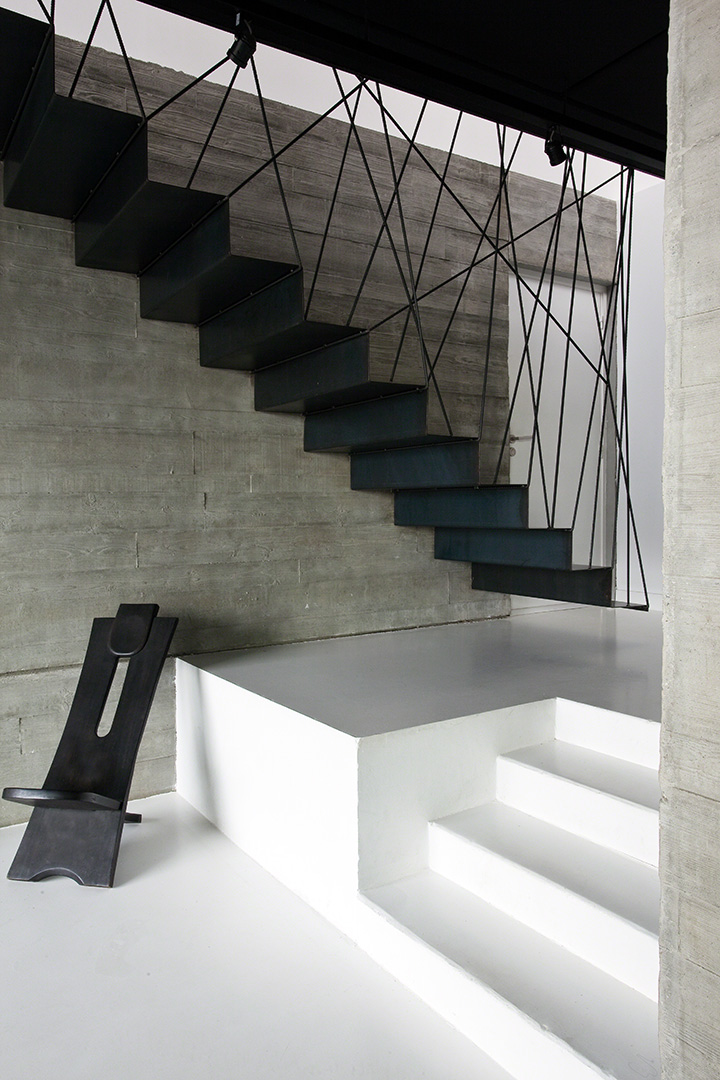 escalier contemporain en acier noir arch and home. Black Bedroom Furniture Sets. Home Design Ideas