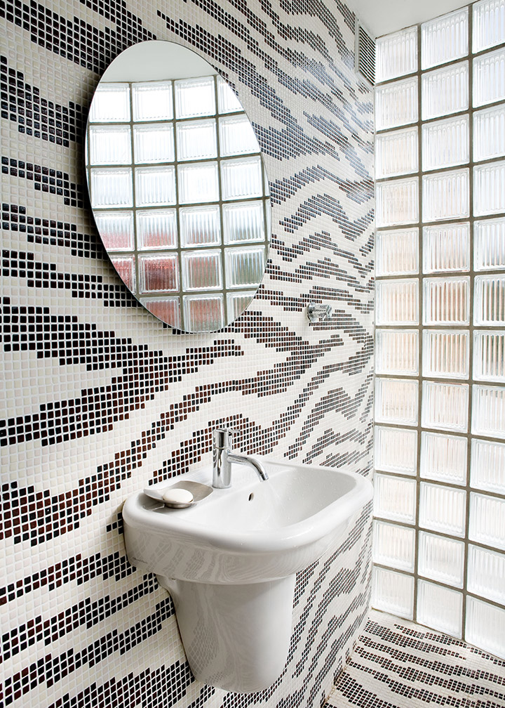 lave-mains - toilettes en mosaïque - Arch and Home